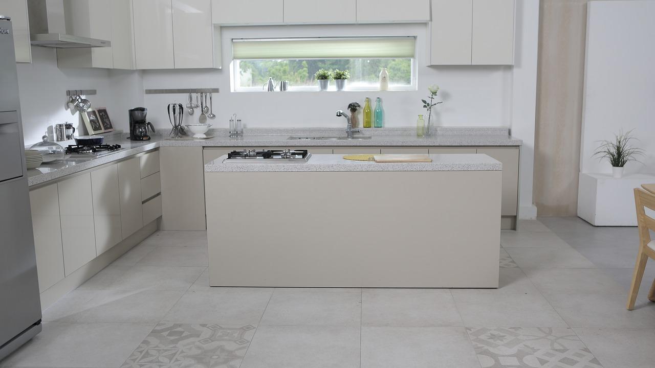 Klasyczne kuchnie – płytki kuchenne Cersanit. Wykończenie kuchennego pomieszczenia