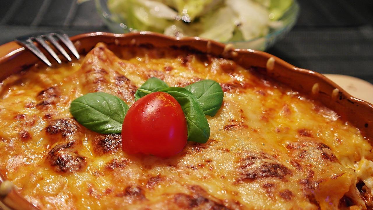 zapiekanka z ziemniakami kurczakiem i brokułami. Smaczny i szybki obiad – dobra zapiekanka z ziemniakami.